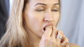 La prevención del envejecimiento de la piel, mujer realiza los ejercicios para un edificio de la cara consolidación de los múscul almacen de metraje de vídeo