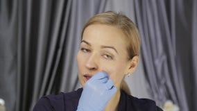 La prevención del envejecimiento de la piel, mujer realiza los ejercicios para un edificio de la cara consolidación de los múscul metrajes