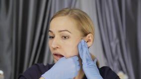 La prevención del envejecimiento de la piel, mujer realiza los ejercicios para un edificio de la cara consolidación de los múscul almacen de video