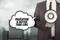 La prevención es mejor que el texto de la curación en burbuja del discurso con el hombre de negocios imágenes de archivo libres de regalías