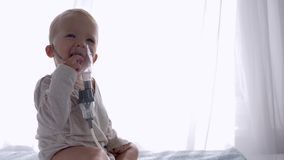 La prevenzione della tosse, ragazzo infantile sveglio respira tramite compressore degli inalatori per infiammazione degli ossequi archivi video