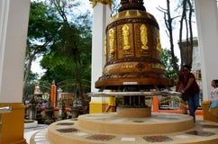 La prière et le rite thaïlandais de personnes de dame âgée tournent et tournent la grande cloche Image stock