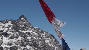 La prière marque le soufflement dans les vents des montagnes de l'Himalaya banque de vidéos