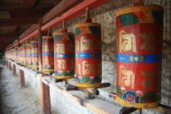La prière roule dedans le temple tibétain de Langmu de la Chine Images libres de droits