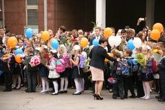 La prima chiamata 1° settembre, giorno di conoscenza a scuola russa Giorno di conoscenza Primo giorno del banco Immagini Stock