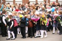 La prima chiamata 1° settembre, giorno di conoscenza a scuola russa Giorno di conoscenza Primo giorno del banco Fotografie Stock