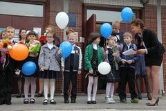 La prima chiamata 1° settembre, giorno di conoscenza a scuola russa Giorno di conoscenza Primo giorno del banco Immagine Stock