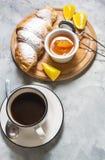 La prima colazione è servito con caffè, i croissant ed i frutti immagini stock