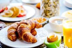 La prima colazione è servito con caffè, succo d'arancia, i croissant, i cereali ed i frutti Dieta equilibrata fotografia stock