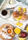 La prima colazione è servito con caffè, succo d'arancia, i croissant, le guarnizioni di gomma piuma ed i frutti sul vassoio bianc fotografia stock libera da diritti