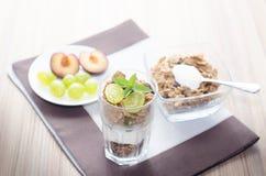 la prima colazione consiste dei cereali, frutta, latte, yogurt Fotografie Stock Libere da Diritti