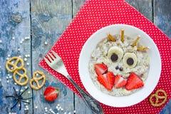 La prima colazione di Halloween per il porridge della farina d'avena dei bambini ha modellato il monst divertente fotografia stock