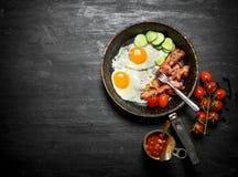 La prima colazione di mattina in una padella Immagini Stock Libere da Diritti