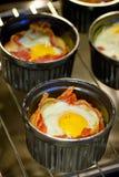 La prima colazione foggia a coppa l'uovo con bacon immagine stock libera da diritti