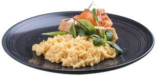 La prima colazione ha rimescolato le uova con il salmone immagine stock libera da diritti