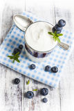 La prima colazione leggera ha installato con yogurt sulla tavola di legno bianca Immagine Stock Libera da Diritti