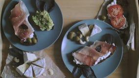 La prima colazione a letto, il vassoio con le cialde belghe con il mirtillo e la tazza del tè del limone, hanno tonificato, vista stock footage