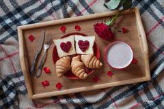 La prima colazione romantica del giorno di biglietti di S. Valentino a letto con è aumentato Fotografia Stock Libera da Diritti