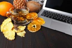 La prima colazione sana con frutta arancio scheggia sulla tavola di legno con Fotografie Stock Libere da Diritti