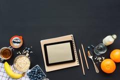 La prima colazione sana fruttifica il nero della compressa del taccuino fotografie stock libere da diritti