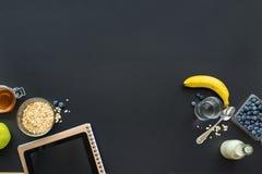 La prima colazione sana fruttifica il nero della compressa del taccuino fotografia stock libera da diritti