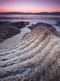 La prima luce del mar Morto sopra i cristalli del sale puntella - la natura di Israele fotografie stock
