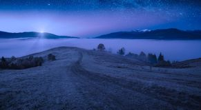 La prima luce della luna aumentante illumina la valle della montagna fotografia stock libera da diritti