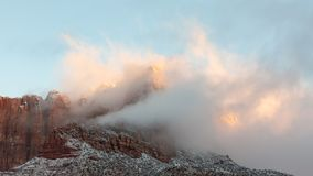 La prima luce di una mattina dell'inverno dà le nuvole che proteggono il Mt Kinesava nel parco nazionale Utah di Zion un'incandes fotografie stock libere da diritti