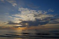 La prima luce dietro il mare, ali della nuvola, bellezza della natura Immagine Stock Libera da Diritti