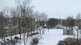 La prima neve fuori della finestra video d archivio