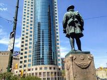 La prima statua di cento anni del soldato di guerra mondiale che trascura Portage e conduttura in Winnipeg fotografia stock libera da diritti