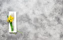 La primavera de la servilleta del cuchillo de la bifurcación florece la decoración Fotos de archivo