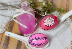 la primavera de madera de la comida campestre de Easteregg del amor rosado de la botella florece Imagenes de archivo