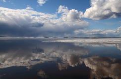 La primavera derrite el hielo en un lago Foto de archivo