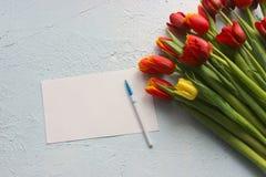La primavera fiorisce i tulipani su una tavola strutturata di pietra 8 marzo, giorno internazionale del ` s delle donne, giorno d Fotografia Stock Libera da Diritti
