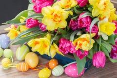 La primavera fiorisce il mazzo con le uova di Pasqua fotografie stock