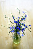 La primavera fresca florece la decoración de madera vieja de la tabla de la taza de los claveles Foto de archivo libre de regalías