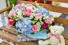 La primavera hermosa florece en colores suavemente rosados y azules claros Foto de archivo