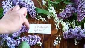 La primavera hermosa florece las flores del lirio de los valles y de la lila