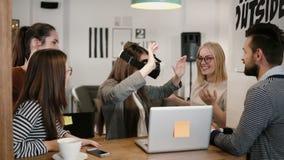 La primera experiencia con los jóvenes de los vidrios de la realidad virtual combina a la muchacha morena hermosa joven de las ay metrajes