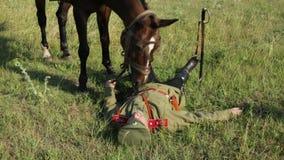 La primera guerra mundial En el campo de batalla miente el soldado muerto metrajes