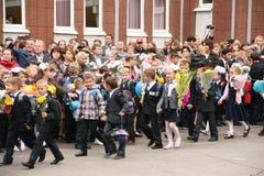 La primera llamada 1 de septiembre, día del conocimiento en la escuela rusa Día de conocimiento Primer día de escuela Fotografía de archivo libre de regalías