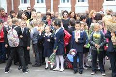 La primera llamada 1 de septiembre, día del conocimiento en la escuela rusa Día de conocimiento Primer día de escuela Fotos de archivo