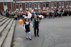 La primera llamada 1 de septiembre, día del conocimiento en la escuela rusa Día de conocimiento Primer día de escuela Imágenes de archivo libres de regalías
