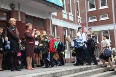 La primera llamada 1 de septiembre, día del conocimiento en la escuela rusa Día de conocimiento Primer día de escuela Imagenes de archivo