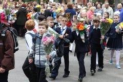 La primera llamada 1 de septiembre, día del conocimiento en la escuela rusa Día de conocimiento Primer día de escuela Fotos de archivo libres de regalías