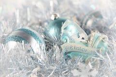 La primera Navidad del bebé (azul) foto de archivo