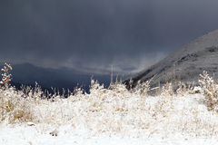 La primera nieve en las montañas Imagen de archivo libre de regalías