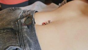La primera perforación Vestido de los pendientes en el ombligo Perforación femenina Fotografía de archivo libre de regalías