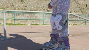 La primera vez en rollerblades, supera el miedo del patinaje almacen de video
